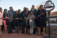 Släktingar till Marthin Luther King förbereder sig för klockringning till minne av Kings död, utanför King Center i Atlanta, Georgia, på onsdagen.