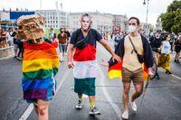 Lagen har kritiserats på flera håll, här i ett pridetåg i Berlin där en person bär en mask föreställande Ungerns premiärminister Viktor Orbán. Arkivbild.