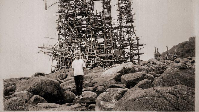 """SvD-skribenten Dan Backman framför Lars Vilks """"Wotans torn"""" år 1995."""