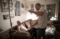 Lars har cancer och får dropp i sitt hem av sjuksköterskan Jonas Lindberg.