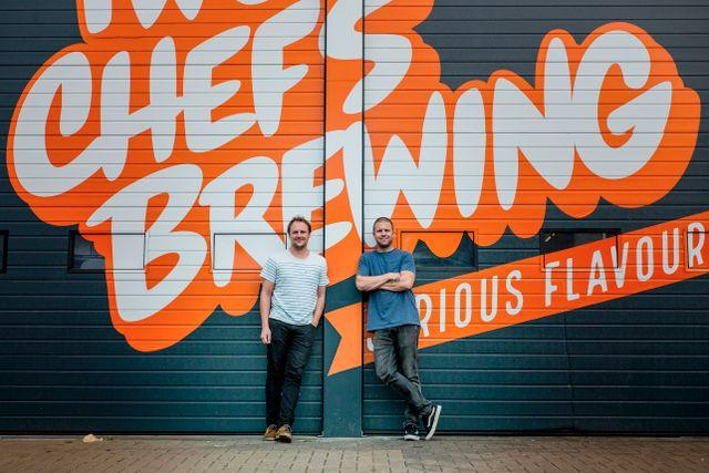 Kockarna och mästerbryggarna Sanne Slijper och Martijn Disseldorp framför sitt mikrobryggeri Two Chefs Brewing i Amsterdam.