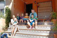 Familjen Palmquist från värmländska Deje bytte dyra resor mot husköp i solen. Här syns hela familjen i den nyinköpta villan i Torrevieja.