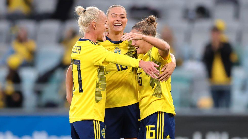 Caroline Seger, Fridolina Rolfö och Filippa Angeldahl firar att den sistnämnda till slut fick hål på Georgien i tisdagens VM-kvalmatch på Gamla Ullevi.