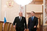 Rysslands nye premiärminister Michail Misjustin (vänster) träffar mannen han efterträder, den omplacerade Dmitrij Medvedev, på fredagen.
