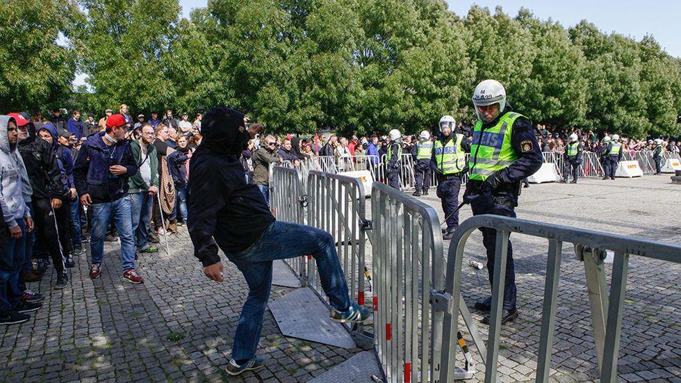 Att polisen gör sitt jobb bör inte uppfattas som ett ställningstagande för någon part.