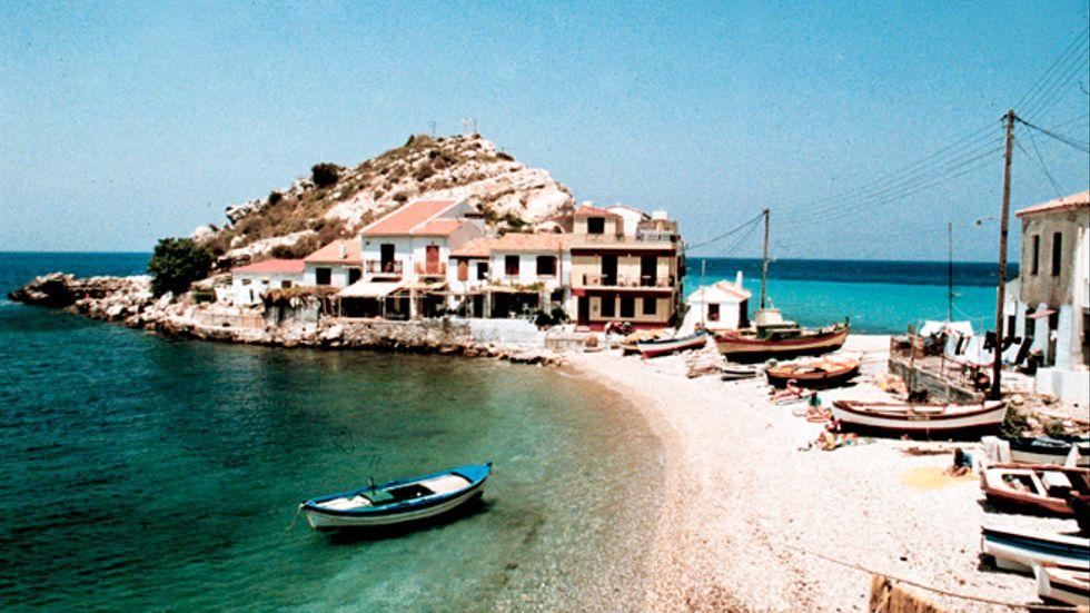 En liten by med stenstrand på den grekiska ön Samos.