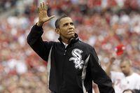 President Barack Obama vinkar till publiken under en All Star-match i baseboll. På sportområdet är Mitt Romney offside.