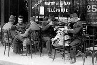 På bara några få veckor har turisterna flytt från Paris. Ovan några soldater fotograferade 30 juli 1914  på ett kafé.