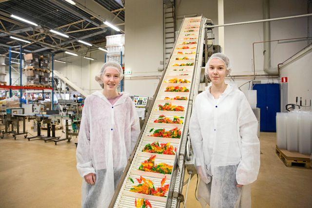 Emma, 13, och Isabelle, 12, på besök i godisfabriken.
