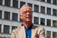 Gunnar Hökmark vid monumentet över Måndagsrörelsen som träffades och hade sina opinionsmöten för Baltikums frihet varje måndag kl 12 under 1990–1991. Vid dessa möten deltog även Mats Johansson.