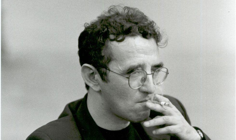 """Roberto Bolaño föddes i Chile 1953. Han etablerade sig som författare i Spanien och avled i Barcelona 2003. Då hade han precis slutfört sitt storverk """"2666"""", som översatts till en mängd språk."""
