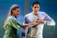 Elisabet Meyer och Joa Helgesson som Manda och roboten Ion, med ett bultande hjärta av silikon.