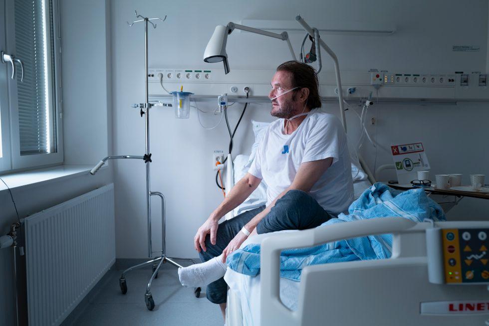 Det började på en hundpromenad, andnöden. Lars Falk Johnsson blev inlagd på en vårdavdelning och på hans 57-årsdag kom diagnosen: covid-19.