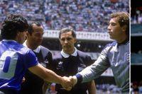 Diego Maradona hälsar på Peter Shilton före kvartsfinalen mellan Argentina och England 1986. De ska få en huvudroll – liksom de två andra på vänstra bilden: domarna Ali Bin Nasser och Bogdan Dotchev. Till höger: Handsen som gick till historien.