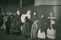 Invandrande kvinnor väntar på att bli inspekterade på Ellis Island utanför New York, cirka 1910.