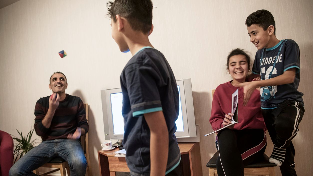 Borås blues. Pappa Khaled kastar en boll. Rodan är beredd att ta den medan Sham och Abudi läser bok.