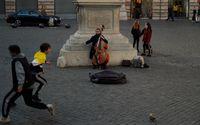 En gatuartist uppträder på ett torg i Rom. Landet brottas med stora ekonomiska problem. Arkivbild.