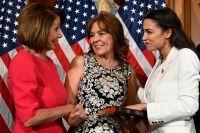 Nancy Pelosi, till vänster, med den i representanthuset nyinvalda demokratiska politikern Alexandria Ocasio-Cortez från New York, till höger, och hennes mor, Blanca Ocasio-Cortez.
