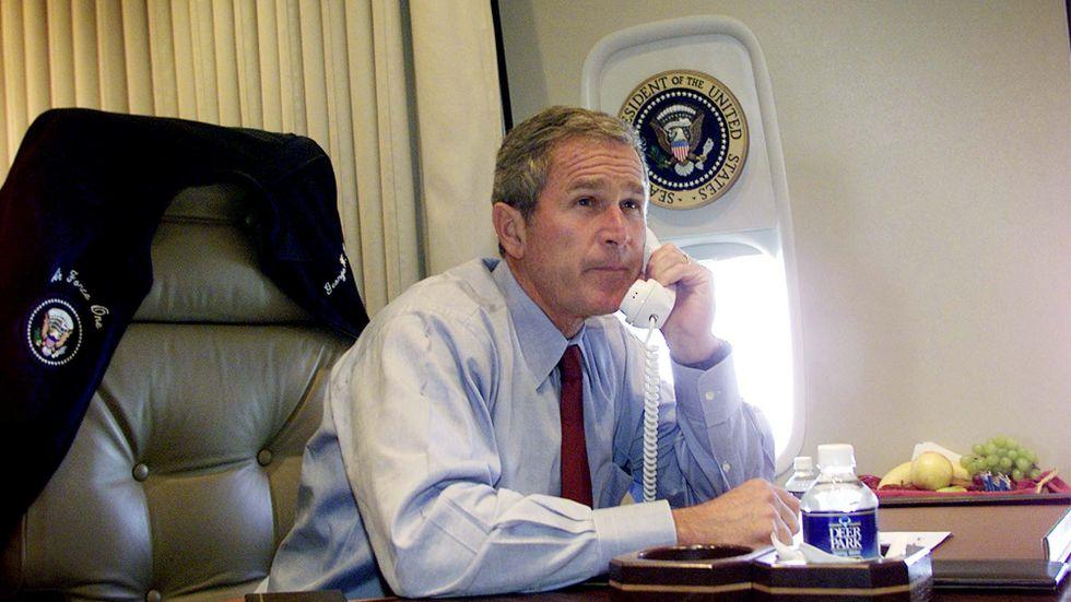 President Bush följer nyhetsbevakningen på tv och talar i telefon med New Yorks borgmästare Rudy Guiliani och guvernör George Pataki, ombord på Air Force den 11 september 2001.