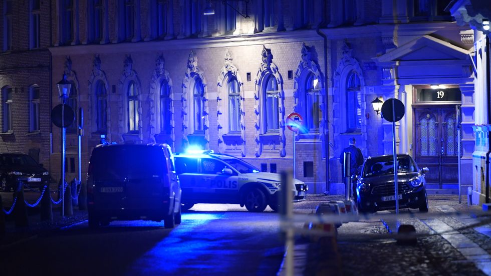 Polisbilar vid Judiska församlingen i Göteborg efter brandattacken i december förra året.