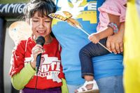 Under en protest mot separationerna berättar åttaåriga Akemi Vargas hur hon separerades från sin pappa.