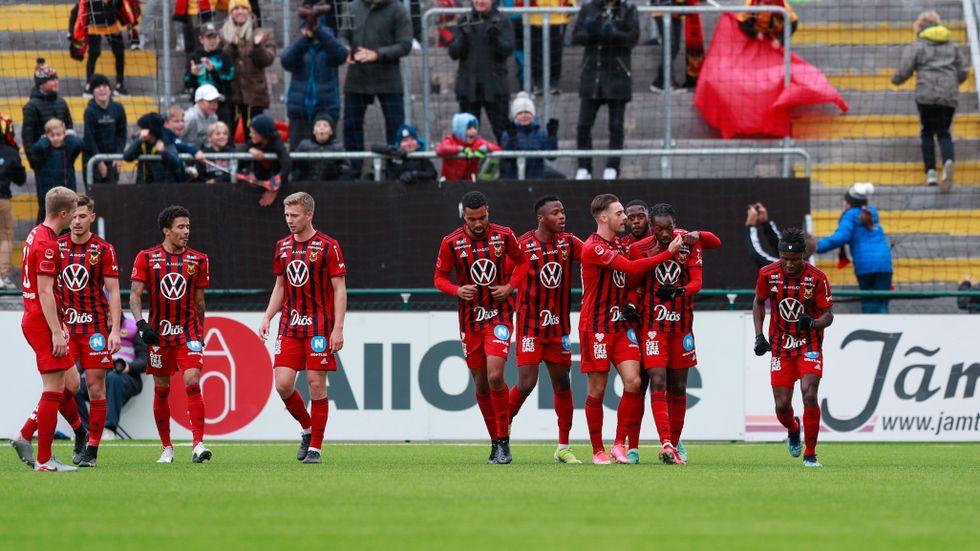 Blair Turgott kramas om efter ett av de tre målen hemma mot Elfsborg.