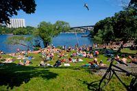 Högsommarvärmen lär med stor sannolikhet locka folk till Långholmens badplats i Stockholm.