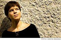 """Johanna Nilsson, 33, har skrivit böckerna Hon går genom tavlan, ut ur bilden, De i utkanten älskande och senast Jag är Leopardpojkens dotter samt barnboken Landet med de tusen namnen. Till våren kommer romanen SOS från mänskligheten, som hon skrivit på """"halvfart""""."""