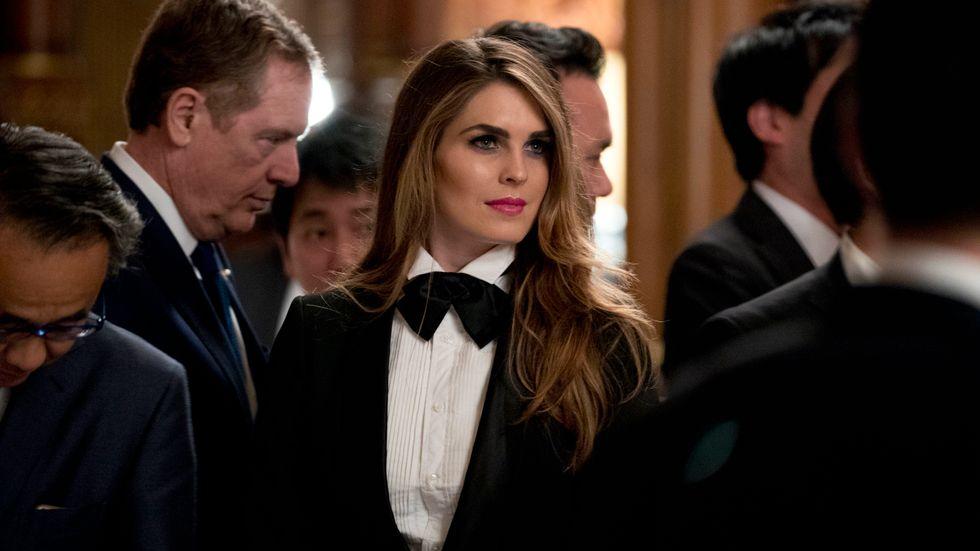 Vita husets kommunikationschef Hope Hicks vid en bankett i Japan nyligen. Hicks, som vanligtvis håller mycket låg profil, fick då stor uppmärksamhet för att hon bar smoking.