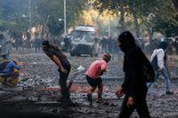 Regeringskritiska demonstranter i sammandrabbningar med polis i Chiles huvudstad Santiago.