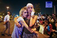 Drabbade flygresenärer håller om varandra utanför den internationella flygplatsen i Istanbul.