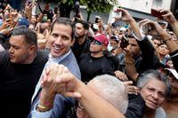 Oppositionsledaren Juan Guaidó omgiven av anhängare under en manifestation i staden Los Teques i lördags.