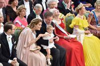 En höggravid prinsessan Madeleine med familj på prins Carl Philips bröllop på lördagen, två dagar innan sonen föddes.