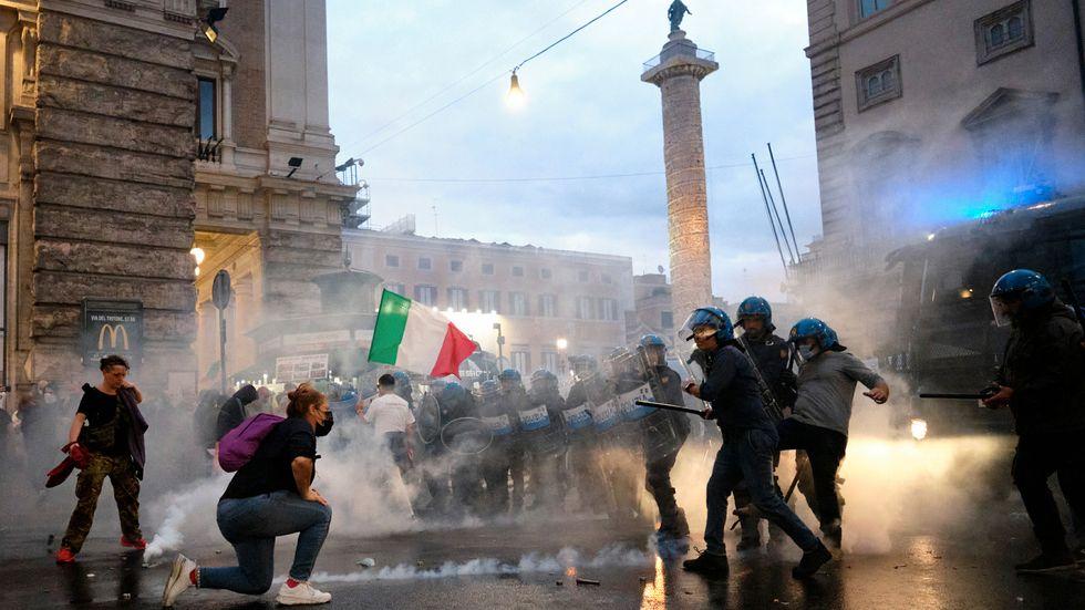 Tårgas mot covid-demonstranter i Italien