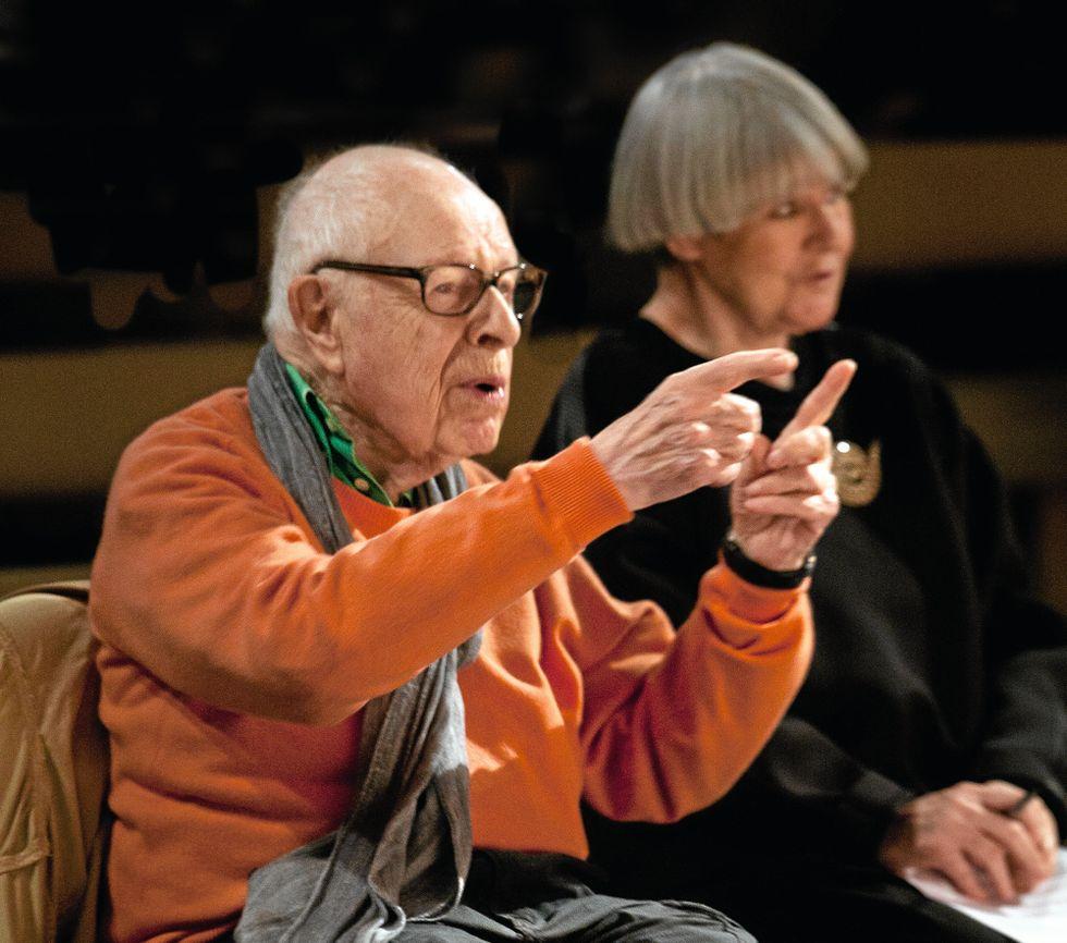 """Peter Brook repeterar """"Why"""" med Marie-Hélène Estienne på Théâtre des Bouffes du Nord i Paris."""