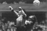 Diego Maradona gör sitt Guds hand-mål bakom Peter Shilton 1986.