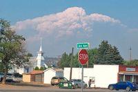 Rökmolnet från Bootleg-branden tornar upp sig bakom staden Bonanza i Oregon, USA.