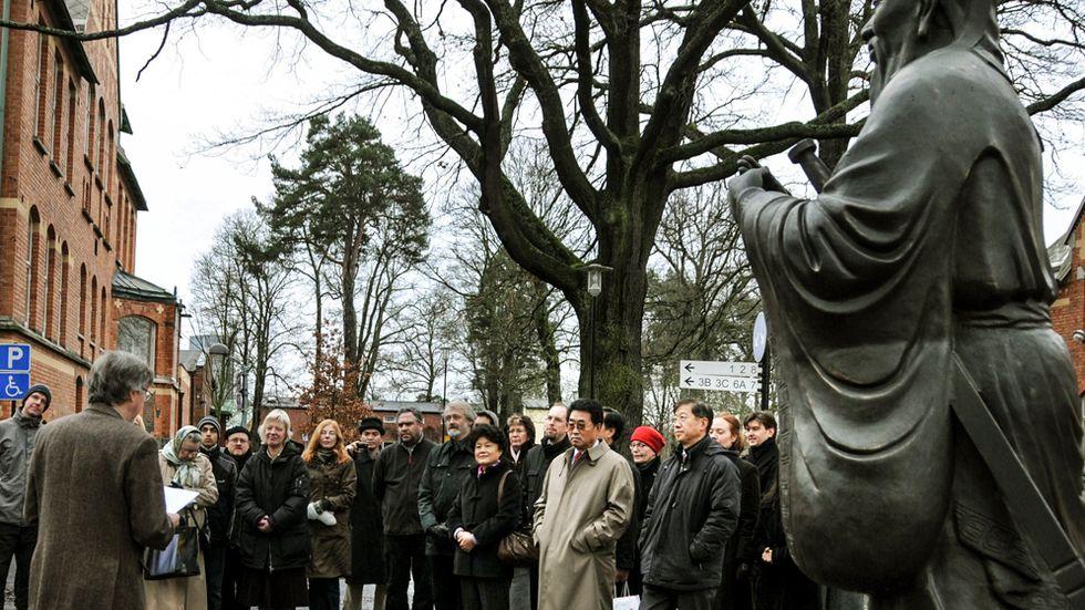 Ett minnesmärke över Konfucius invigs vid Stockholms Konfuciusinstitut 2008.