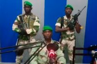 Löjtnant Kelly Ondo Obiang (i mitten) sade att militären tagit makten i Gabon.