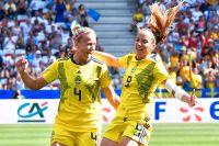Hanna Glas och Kosovare Asllani jublar efter 1–0-målet mot England i bronsmatchen.