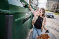 Det tar ungefär sex minuter att gå från Magdas dörr till återvinningen.