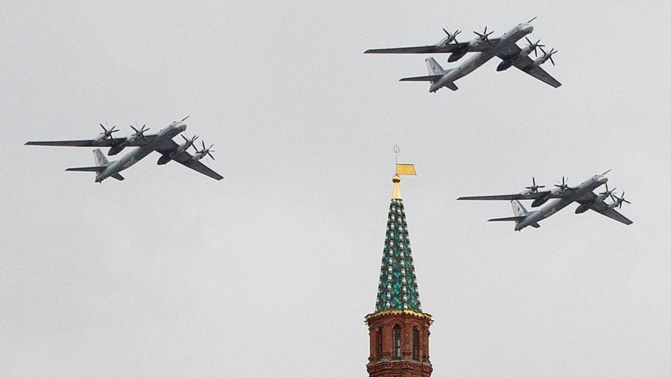 Ryska stridsplan av typen Tu-95 flyger ovanför Röda Torget i Moskva, för att träna inför militärparaden på segerdagen 9 maj.
