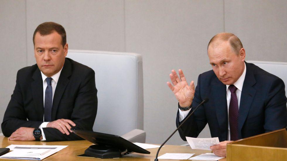 Rysslands premiärminister Dmitrij Medvedev till vänster och president Vladimir Putin, till höger.