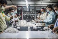 Sömmerskor i en textilfabrik utanför New Delhi, Indien.