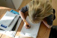 Läraren Pernilla Alm är kritisk till hur läxor används, och menar att skolan ofta skapar helt onödig stress som får många barn och ungdomar att må dåligt.