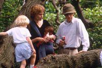 Det är juni 1992 och Mia Farrow och Woody Allen leker med barnen Dylan och Satchel i Central Park.