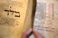En bönebok från 1200-talet innehåller några av de tidigaste nedtecknade exemplen på jiddisch. Boken förvaras på Israels nationalbibliotek i Jerusalem.