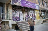 """Mousavi, som kallar sig """"Mr M"""" på sociala nätverk, utanför skönhetssalongen som finansierats med pengar från Sverige."""