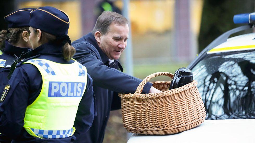 Stefan Löfven fikade med poliser i Göteborg under sin turné i södra Sverige.