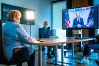 Norges statsminister Erna Solberg lyssnar till Joe Bidens öppningstal.